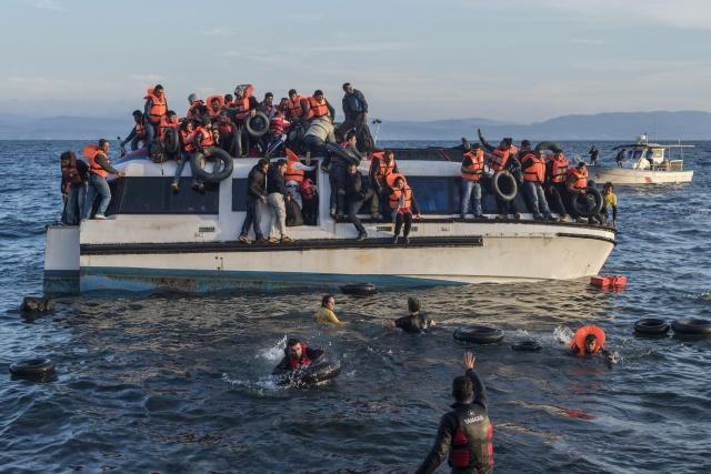 20151030_Syrians_and_Iraq_refugees_arrive_at_Skala_Sykamias_Lesvos_Greece_2.jpg